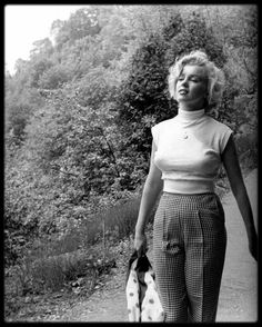1952 / Jock CARROLL photography Marilyn walks around Niagara Falls as she shoots the film with the same name as the famous falls.