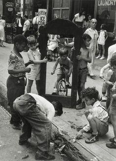 Helen Levitt • Sans titre (Le miroir brisé) • New York • 1940