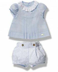 Precioso conjunto para niño dos piezas compuesto por ranita en plumeti y blusa en popelín celeste con unas tablitas en el delantero.