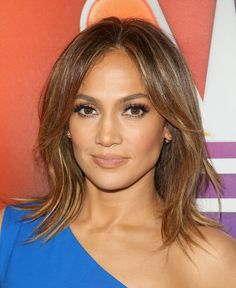 Jennifer Lopez brought her golden glow while promoting her new show, 'Shades Of Blue,' in California. The singer and actress looked gorgeous with a completely neutral beauty look as she posed for pictures. Find out how you can copy her look! Make Up Looks, Jlo Makeup, Hair Makeup, Cool Haircuts, Cool Hairstyles, Bold Eyebrows, Red Carpet Hair, Dull Hair, Inspirational Celebrities