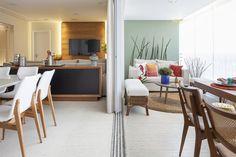 A sala de jantar e varanda são delimitadas por uma porta de correr e podem ser integradas para reuniões de amigos e família