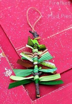 Sua árvore de natal pode ter qualquer estilo! Uma ideia bacana é deixá-las mais sustentáveis, reaproveitando materiais que seriam descartados. Uma mini árvore feita com graveto e fitinhas verdes! #natal #Christmas #santas #papainoel #tree #arvoredenatal #decoracao #artesanato #christmastree #love #family #handmade