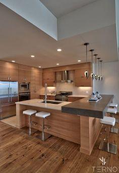 Кухня-студия в цвете Дуб с островои и барной стойкой.