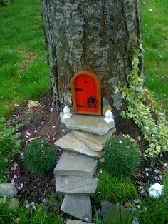 Love the RED door!  A gnome home. Now that's cute! The blogger says her daughter knocks at the door, but it always appears to be market day and the gnomes are away at that time. Sweet.