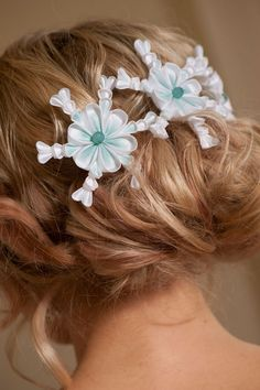 A lovely white and teal kanzashi hairpin which would fit effortlessly into a winter themed occasion. You will be receiving 4 snowflake kanzashi hairpins which you can place however you like in your hairstyles. Cloth Flowers, Satin Flowers, Fabric Flowers, Ribbon Flower, Diy Hair Bows, Ribbon Hair, Silk Ribbon, Kanzashi Tutorial, Flower Tutorial
