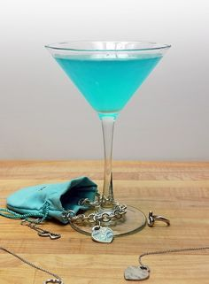 Tiffany Blue Cosmopolitan: oz vodka, oz blue curaçao, oz white cranberry juice, Squeeze of fresh lemon juice. Shake & strain into martini glass. Finish the look with a white ribbon around the stem :) (fun cocktails blue curacao) Party Drinks, Cocktail Drinks, Fun Drinks, Yummy Drinks, Alcoholic Drinks, Beverages, Martini Party, Pool Drinks, Blue Cocktails
