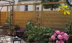 Poser des panneaux en bois brise-vue dans son jardin