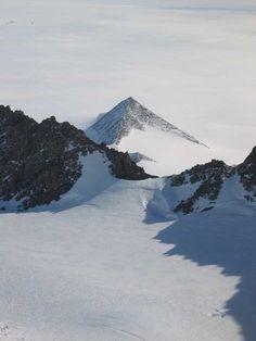 El derretimiento de los glaciares en la Antártida están dejando ver, pirámides.