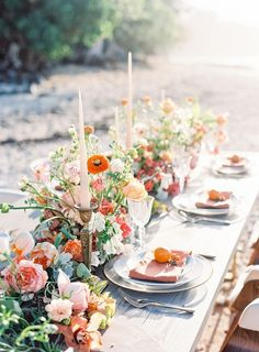 Modern and Colorful Hawaii Wedding Inspiration - Lombn Sites Round Wedding Tables, Wedding Table Settings, Floral Wedding, Wedding Colors, Summer Wedding Flowers, Wildflowers Wedding, Destination Wedding Inspiration, Summer Wedding Inspiration, Wedding Ideas