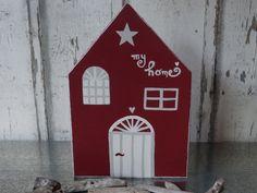 *FÜR ALLE SCHWEDENLIEBHABER*  *Ein liebevoll gesägtes & bemaltes Holzhaus aus Fichte!*  Auf der Rückseite befindet sich eine Aufhängung aus Draht! Du kannst das Haus aber auch...