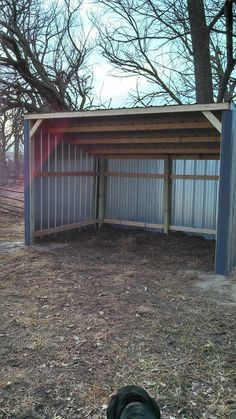 Savings Tips: Build a horse lean-to shed or run-in on a budget. Great money saving ideas for horse people. Horse Shed, Horse Stalls, Horse Barns, Horses, Horse Paddock, Mini Horse Barn, Horse Fence, Horse Shelter, Animal Shelter