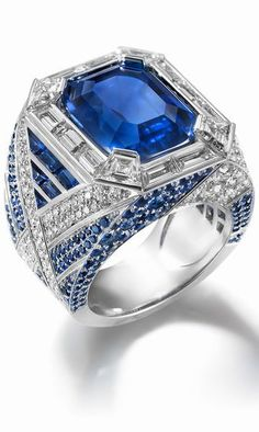 White gold ring, set with 14 baguette diamonds, 100 brilliant-cut diamonds, 232 sapphires and with a sapphire from Burma 10.81-carat emerald-cut. ©