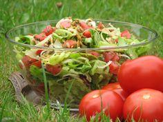 Przepis na zielona sałatka z pestkami dyni i słonecznikiem. Zieloną sałatę opłukać, osuszyć i porwać na kawałki. Pomidory opłukać, osuszyć i pokroić w dużą kostkę. Mozzarellę wyciągnąć z zalewy i pokroić w dużą kostkę. Grilling, Vegetables, Food, Per Diem, Crickets, Veggie Food, Vegetable Recipes, Meals, Grill Party