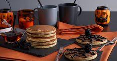 Met dit recept maak je zelf heerljke American Pancakes met chocolade spinnenwebben. Gruwelijk lekker voor Halloween! American Pancakes, Halloween, Fruit, Desserts, Food, Tailgate Desserts, Deserts, The Fruit, Meals