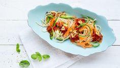 Gemüsenudeln mit Tomatensugo auf einem Teller.