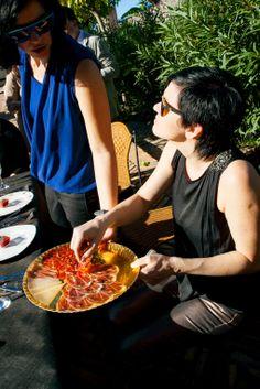 Selección de embutidos y queso de DeGust, Gafas de sol de Óptica Signes, blusas de Ana Moda.
