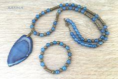 """CONJUNTO DE COLLAR Y PULSERA """"MYKONOS"""" **NOTA: se pueden vender por separado, preguntar al hacer el pedido.  COLLAR: cuentas de ágata azul, con abalarios bronze y colgante de lámina de ágata - cuentas: ágata azul (8 mm) - colgante: lámina de ágata azul (75x40 cm) Largo total del collar con colgante: 45 cm."""