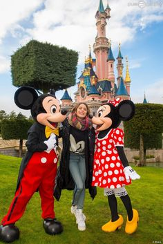 Pin for Later: 25 Photos All Disneyland Fans Must Take on Their Next Trip A Photo With Mickey and Minnie Disney Channel, Disneyland Tickets, Disneyland Paris, Mickey Y Minnie, Minnie Mouse, Martini, Violetta Live, Sebastian Yatra, Disney Addict