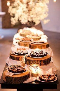 hochzeitstisch dekorieren gholztisch baumstümpfe kuchenständer