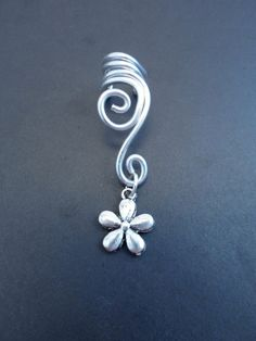 Artículos similares a Double Spiral Ear cuff with flower in wire wrapped aluminium. (wire wrapping aluminum) Choose your color of aluminium. en Etsy