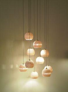 Cette boule de porcelaine est faite de moulage en porcelaine translucide. La translucidité de la porcelaine crée un effet spécial quand la lumière est allumée. Cette cloche crée une atmosphère chaleureuse et élégante. Il peut être accroché au dessus de votre table de salle à manger