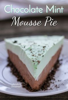 Chocolate crust, creamy chocolate mousse and mint cream topping all come together to make this beautiful Chocolate Mint Mousse Pie! No Bake Dessert Mint Desserts, No Bake Desserts, Easy Desserts, Gourmet Desserts, Plated Desserts, Desserts Menu, Dessert Recipes, Dessert Simple, Chocolate Pie With Pudding
