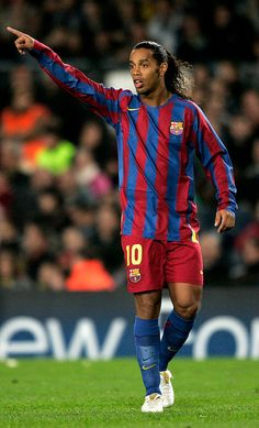 Ronaldinho of Barcelona issues instructions during the UEFA Champions League Group C match between FC Barcelona and Werder Bremen at the Camp Nou Stadium on November 2005 in Barcelona, Spain. Get premium, high resolution news photos at Getty Images Best Football Players, Soccer Players, Football Soccer, Barcelona Fc, Images Aléatoires, Legends Football, Uefa Champions League Groups, Free Kick, Football Pictures