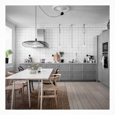 I love the metro tiles with black grout in this Swedish kitchen. The layout of the kitchen … Continue reading → Kitchen Interior, Elegant Interior Design, Interior, White Tiles, Grey Kitchen, White Kitchen Cabinets, Open Plan Kitchen, Kitchen Design, Swedish Kitchen