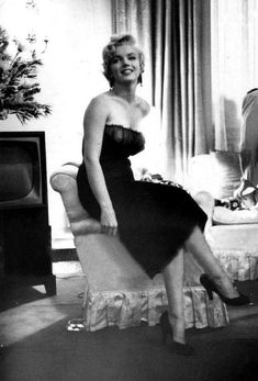 """ Marilyn Monroe at the St. Regis Hotel in New York, 1954. """
