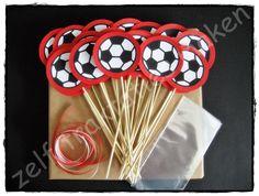 ♥ Traktatiepakket voetbal ♥ Inhoud: 25 traktatieprikkers 25 cellofaanzakjes 25 x 25 cm krullint Piepschuimblok om de traktaties in te steken.