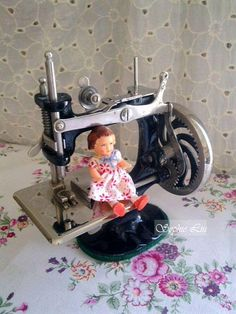 Antique sewing machine ❤✄◡ً✄❤ Sophie Liu ❤✄◡ً✄❤ http://tw.myblog.yahoo.com/unicorne24/article?mid=33504=33510=33500=a=6