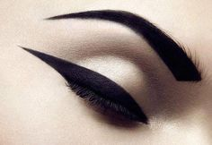 We share our top tips for how to apply top eyeliner. Learn from our makeup tutorials on applying liquid eyeliner and how to apply pencil eyeliner. Eye Makeup, Kiss Makeup, Hair Makeup, Makeup Trends, Beauty Make Up, Hair Beauty, Beauty Stuff, Smoky Eyes, Make Up Inspiration