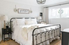 Transform Your Bedroom from Drabby to Shabby - 15 Classic, Modern, Shabby Chic Farmhouse Bedroom Design Ideas. Winter Bedroom Decor, Guest Room Decor, Christmas Bedroom, Shabby Chic Farmhouse, Farmhouse Bedroom Decor, Farmhouse Ideas, Farmhouse Style, Bed Designs Pictures, Cozy Bed