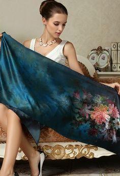 Vkusný dámsky hodvábny šál s kvetmi v tmavo modrej farbe