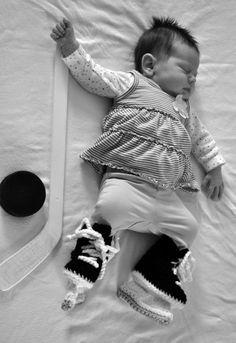 Hockey Skate booties for a future NHL All-Star in three sizes, baby shower, baby… Cute Kids, Cute Babies, Hockey Baby, Hockey Nursery, Funny Hockey, Women's Hockey, Field Hockey, Baseball, Hockey Players