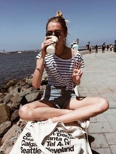 Short denim shorts / Bun / Coffee / American Apparel bag
