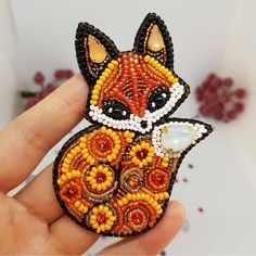 So cute bead work Bead Embroidery Jewelry, Beaded Embroidery, Hand Embroidery, Loom Beading, Beading Patterns, Do It Yourself Schmuck, Art Perle, Beadwork Designs, Beaded Brooch