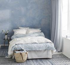 Ett sovrum i blåa nyanser och toner. Påslakanset Agneta med paisley-mönster. Satinvävd, kammad bomull med glansig yta och sidenmatt lyster.