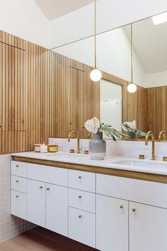 tendencias diseño 2021, vuelve la decoración tradicional Front Courtyard, Courtyard House, Bathroom Pendant Lighting, Wood Bath, Wood Cladding, Geometric Tiles, Cool Mirrors, Sliding Glass Door, Wood Paneling