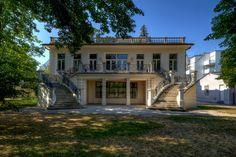 """Gustav Klimts Schaffen ist Teil eines internationalen Motive-Kanons. Doch wo hat er diese Werke eigentlich fertiggestellt? Die Klimt Villa Wien beherbergt jenes Atelier, welches der Künstler ab 1911 bis zu seinem Tod 1918 benutzte. In der jetzigen Feldmühlgasse 11 im 13ten Bezirk mietete er ein Gartenhaus, in dem er an seinen Werken """"rackerte"""", wie er schrieb. Das Haus selbst hatte eine wechselvolle Geschichte, nun wurde es anlässlich des Klimt-Jahres revitalisiert."""