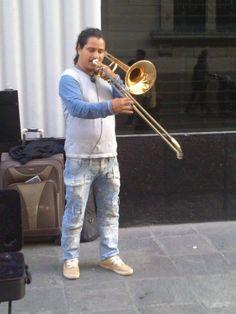 Músico tocando la trompeta. Muy buena presentación. #trabajodigno #trompeta #ejemplodevida