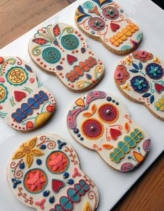 Isn't not a fiesta without sugar skulls. Mexican day of the dead skull biscuits / cookies Bolo Halloween, Halloween Cookies, Halloween Treats, Halloween Stuff, Halloween Makeup, Halloween Costumes, Mexican Fiesta Party, Fiesta Theme Party, Party Themes
