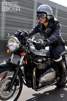 Cafe Racer Girl on a Triumph - Hell Yeah Triumph Cafe Racer, British Motorcycles, Triumph Motorcycles, Vintage Motorcycles, Vintage Cafe Racer, Cafe Racer Style, Cafe Racer Girl, Lady Biker, Biker Girl