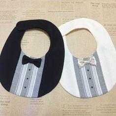 ・肌に優しいダブルガーゼ生地(表地・裏地) ・蝶ネクタイ付きで可愛いデザイン(蝶ネクタイは取り外し出来ません) ・フォーマルなシチュエーションで大活躍 ・マジックテープで簡単装着 ・首周り30cm、マジックテープ式で1cm前後調節可能 ・縦14cm、横19cm(一番広い部分)大切な赤ちゃんが使うものなので、ひとつひとつ丁寧に作っておりますが ハンドメイドですので、未熟な部分があるかもしれません。 その点はあたたかくご理解くださいますようよろしくお願いします。 試作品にて全て実際に赤ちゃんが使用し、ママさんからの意見を 集めて作り、洗濯テストも行っているはなまる作品です♪複数の生地をつなげて作成しているので型くずれをふせぐ為、洗濯後干す際は形を整えて干して下さい。