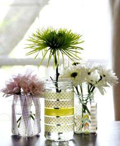 Quelques bandes de papier washi sur un banal pot en verre et vous obtenez des vases originaux.