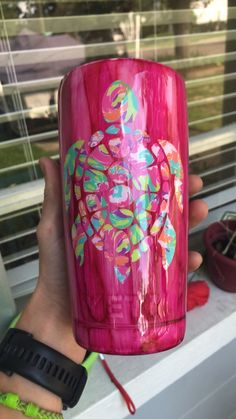 Yeti 20 oz pink wood grain cup with printed turtle. Can add any image or name on it. Vinyl Tumblers, Custom Tumblers, Glitter Cups, Glitter Tumblers, Cup Crafts, Custom Cups, Tumbler Designs, Cup Design, Cricut Creations