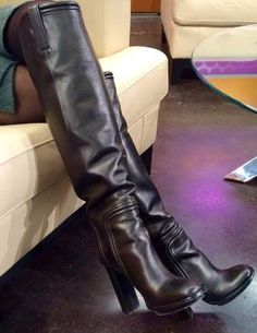 BOOT SELFIES!! THE NEWSLADIES LOVE TO TAKE PICTURES OF THEIR STYLISH FOOTWEAR!!