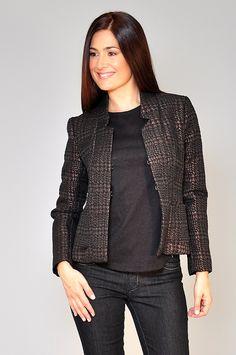 Tela: lurex. Moderna chaqueta con presillas en el frente para cerrar. La modelo usa talle Small (S) de esta prenda y tiene las siguientes medidas: Busto 92 cm, cintura 66 cm, cadera 96 cm y altura 1,75 m.