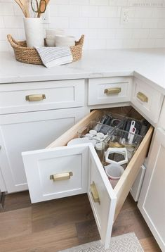 A super smart solution for using the corner space in a kitchen - kitchen corner drawers! Home Decor Kitchen, Kitchen Style, Kitchen Cabinet Storage, Small Kitchen Storage, Kitchen Remodel Small, Kitchen Design Small, New Kitchen Cabinets, Kitchen Corner, Kitchen Renovation