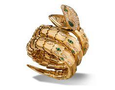 Movimiento de cuarzo. Caja de 40 mm en oro amarillo de 18 qt, esfera y brazalete de dos vueltas con diamantes talla brillante y esmeraldas talla brillante engastados. Ojos de malaquita.